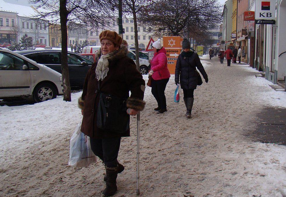 Úklid chodníků a ulic v Třebíči vázne