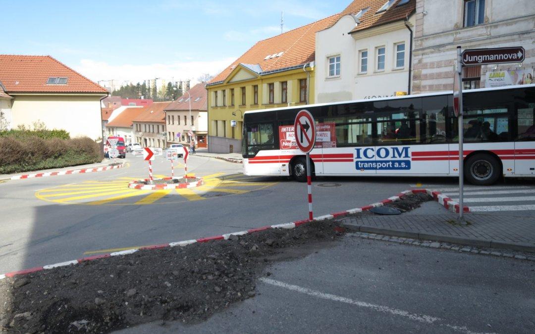 Nová miniokružní křižovatka v Třebíči nesplňuje předpisy