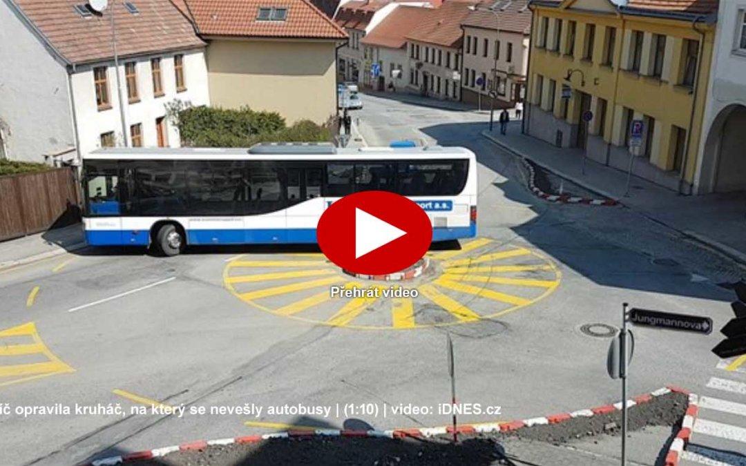 Autobusy už nemusejí couvat na kruhovém objezdu, spor o provedení trvá