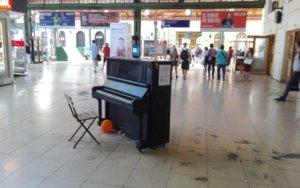 Jedno z veřejných pián v Praze na Masarykově nádraží