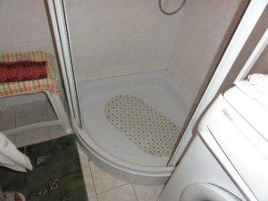Sprchový kout nesplňující požadavky bezbariérovosti