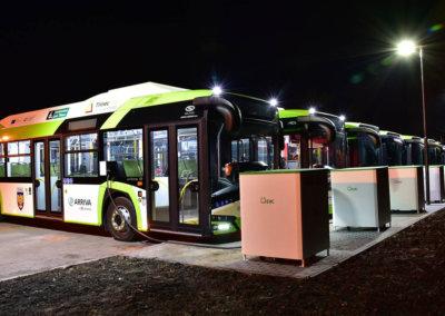 Nové elektrobusy při nočním dobíjení