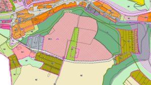 Růžové pozemky pro bytovou výstavbu v možné alternativní trase obchvatu